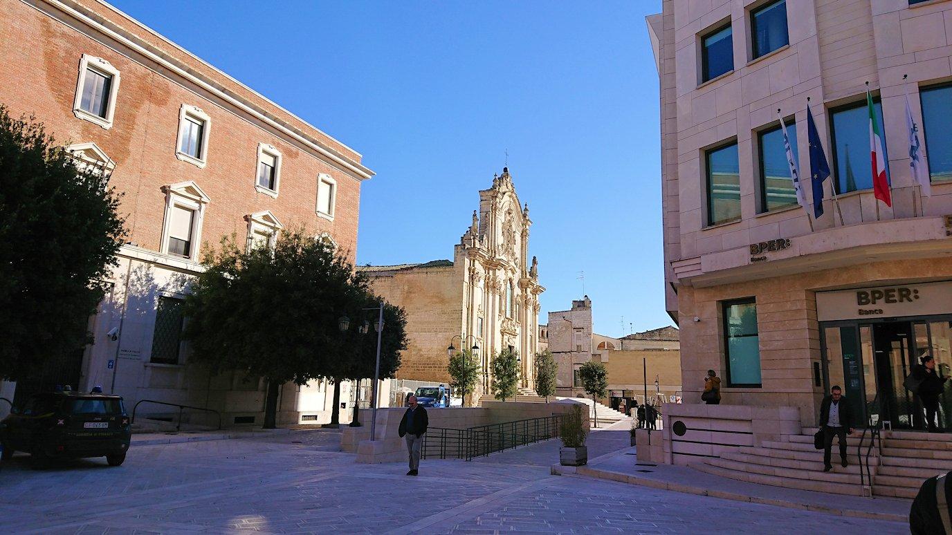 マテーラの街の中心部の広場から歩く途中にある教会