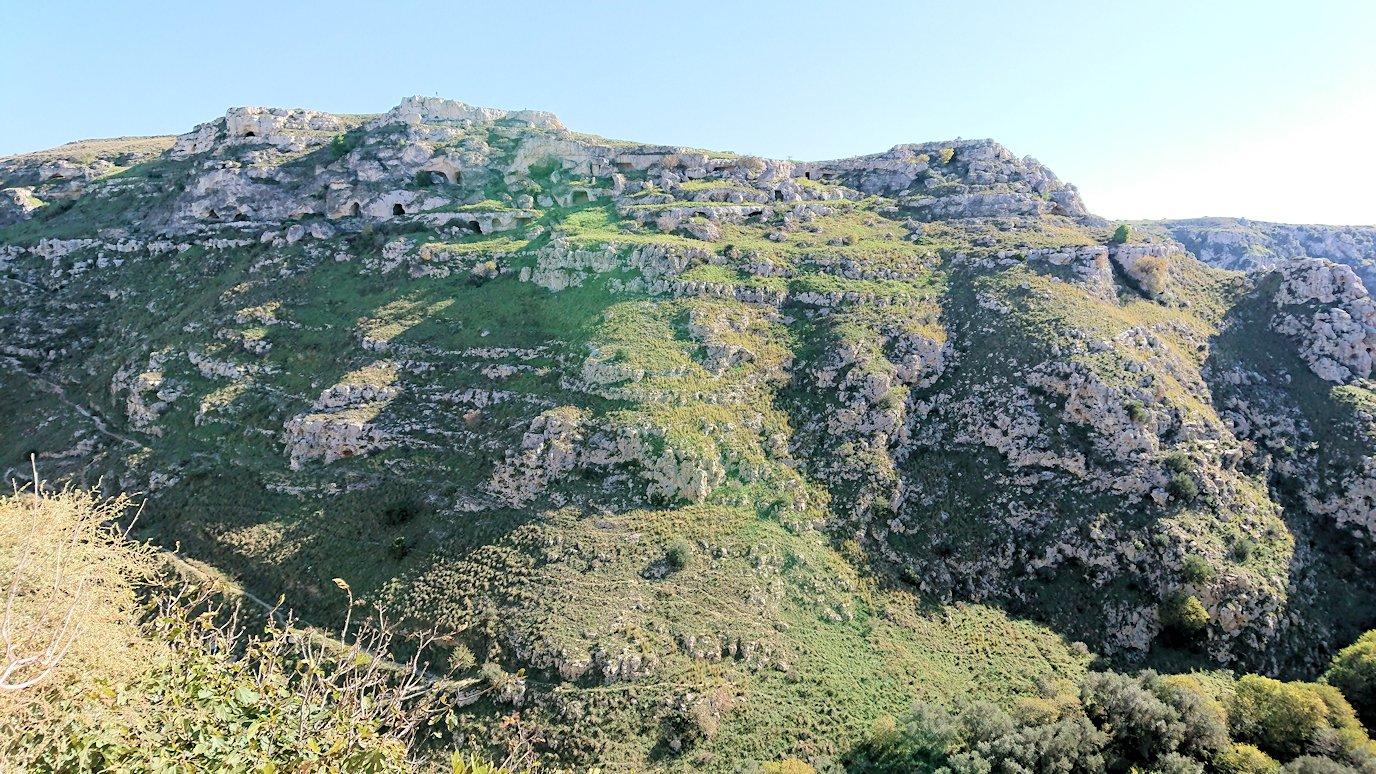 マテーラのグラヴィーナ渓谷を見る
