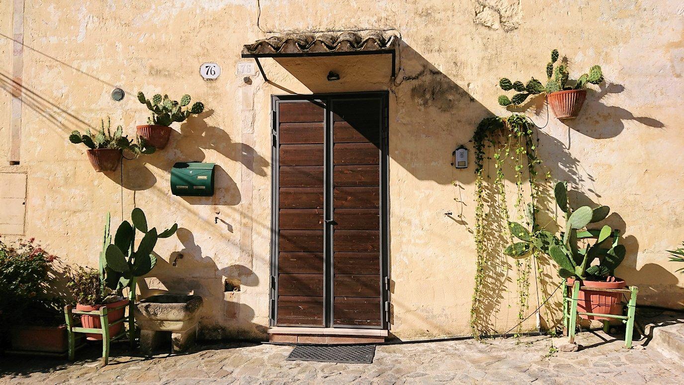 マテーラのサッシの建物の扉