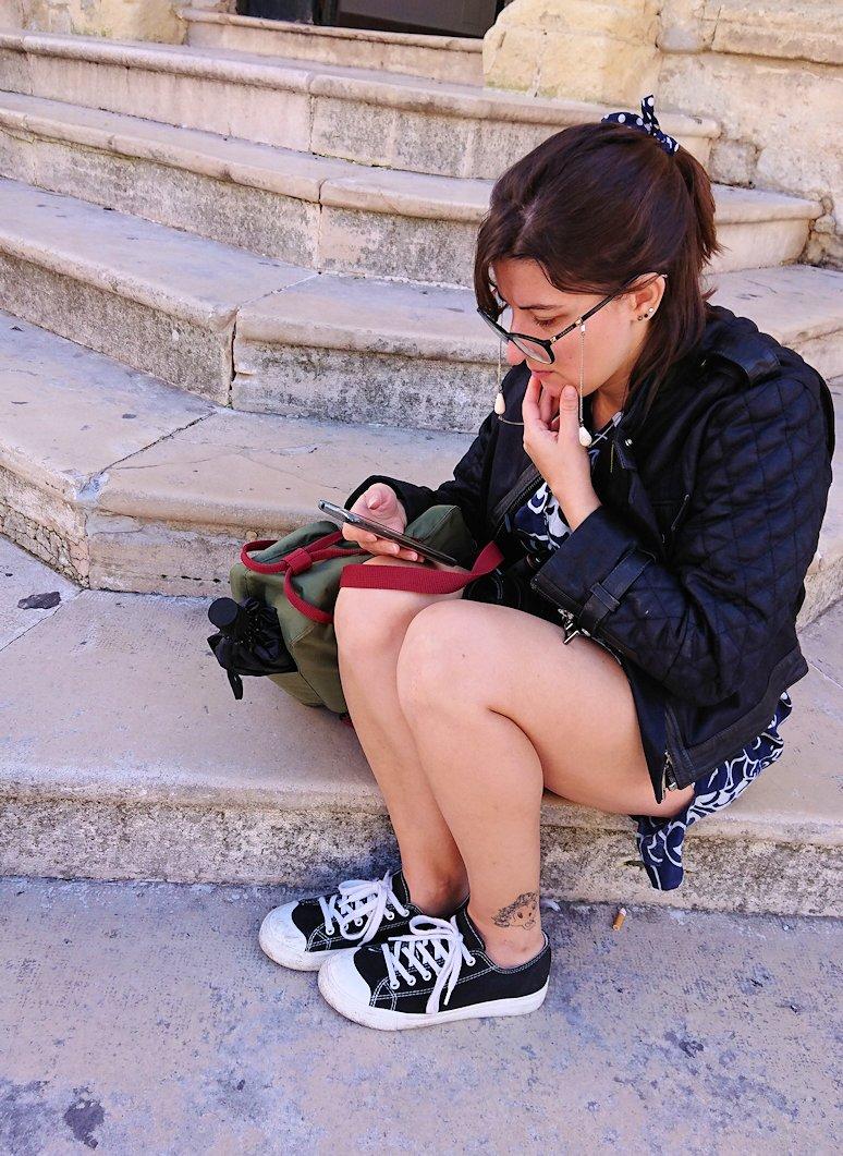 マテーラの街で座り込む女性