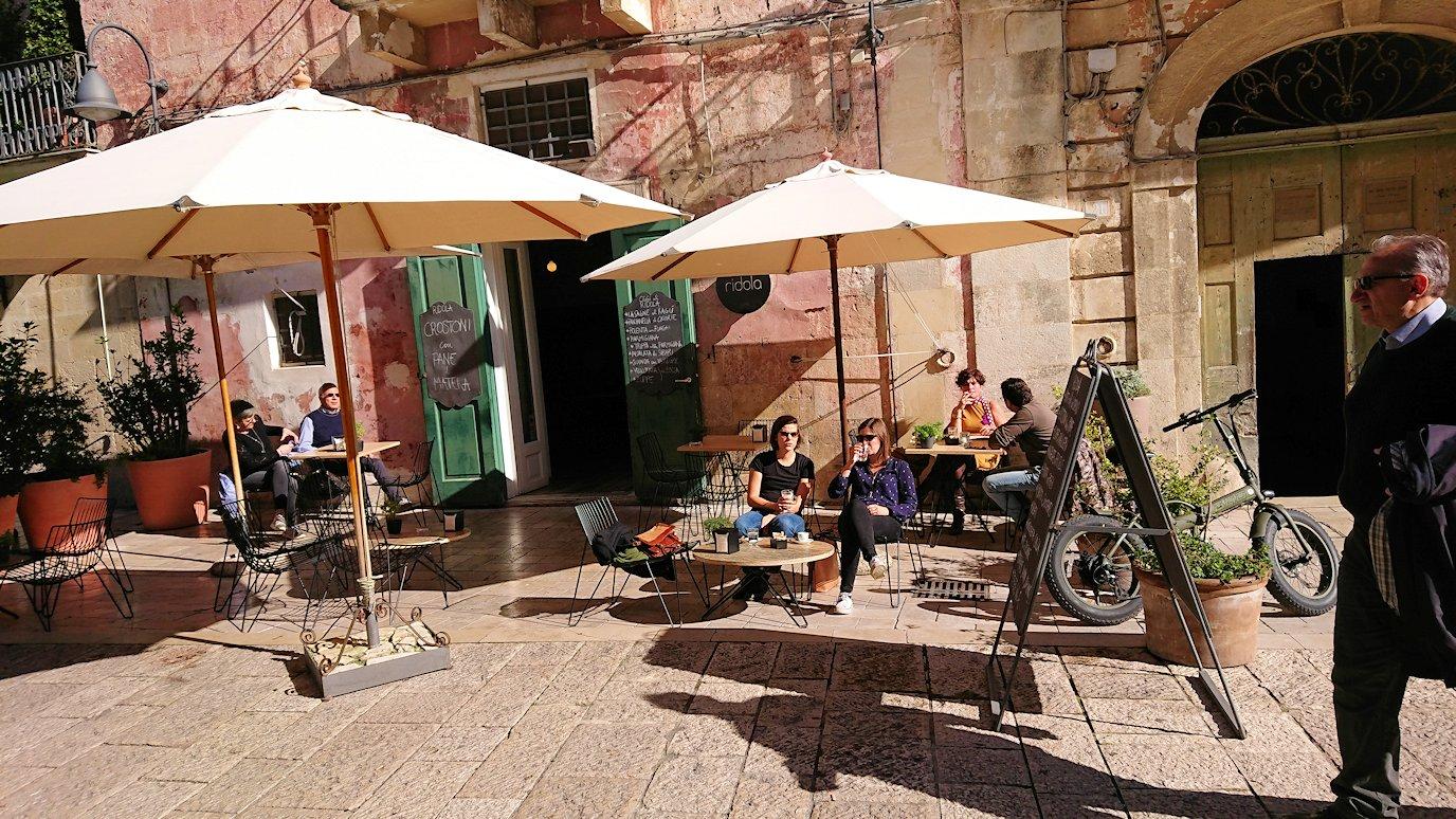 マテーラの街の広場近くのカフェ