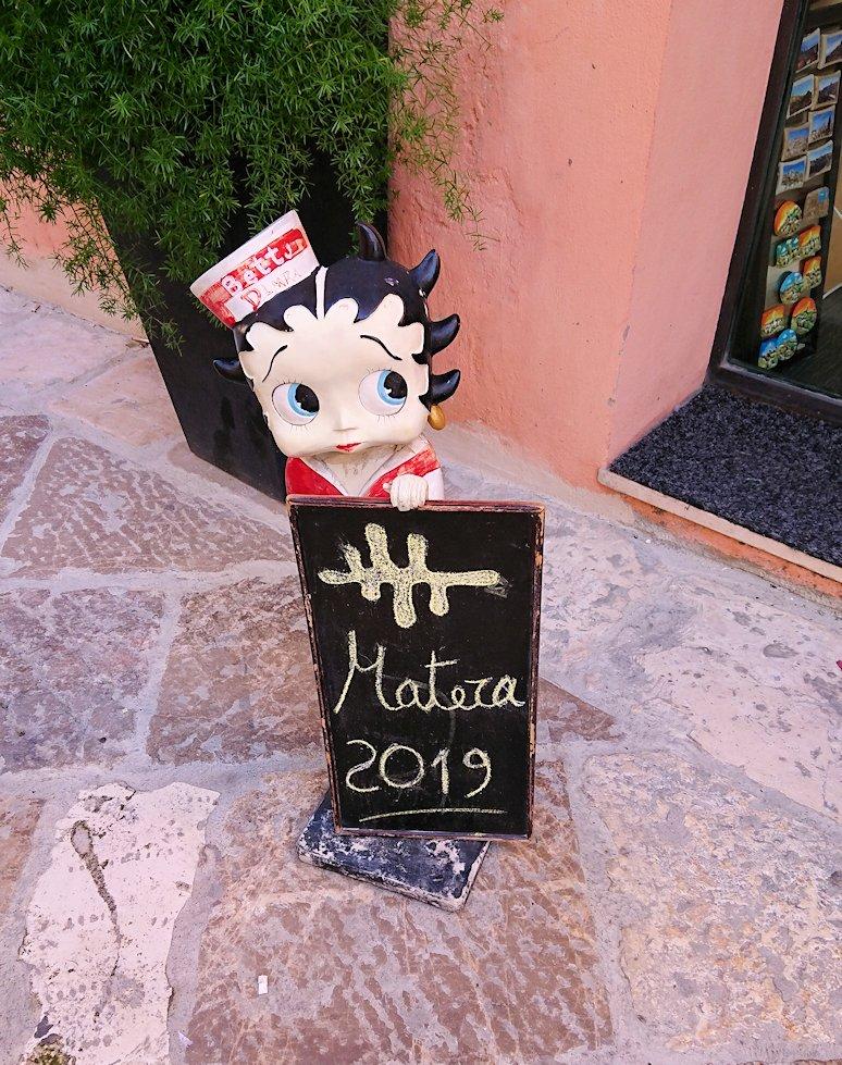 マテーラの街を散策して見つけた雑貨屋さんのペコちゃん看板