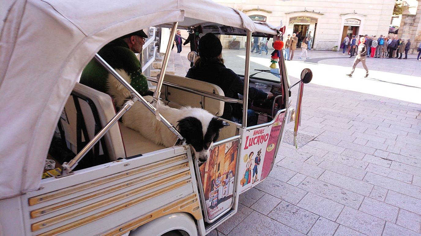 マテーラの街のヴィットリオ・ヴェネト広場を走る三輪車2