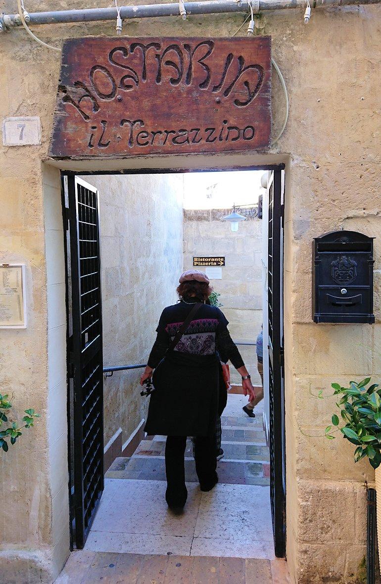 マテーラの街のヴィットリオ・ヴェネト広場からレストランに向かう