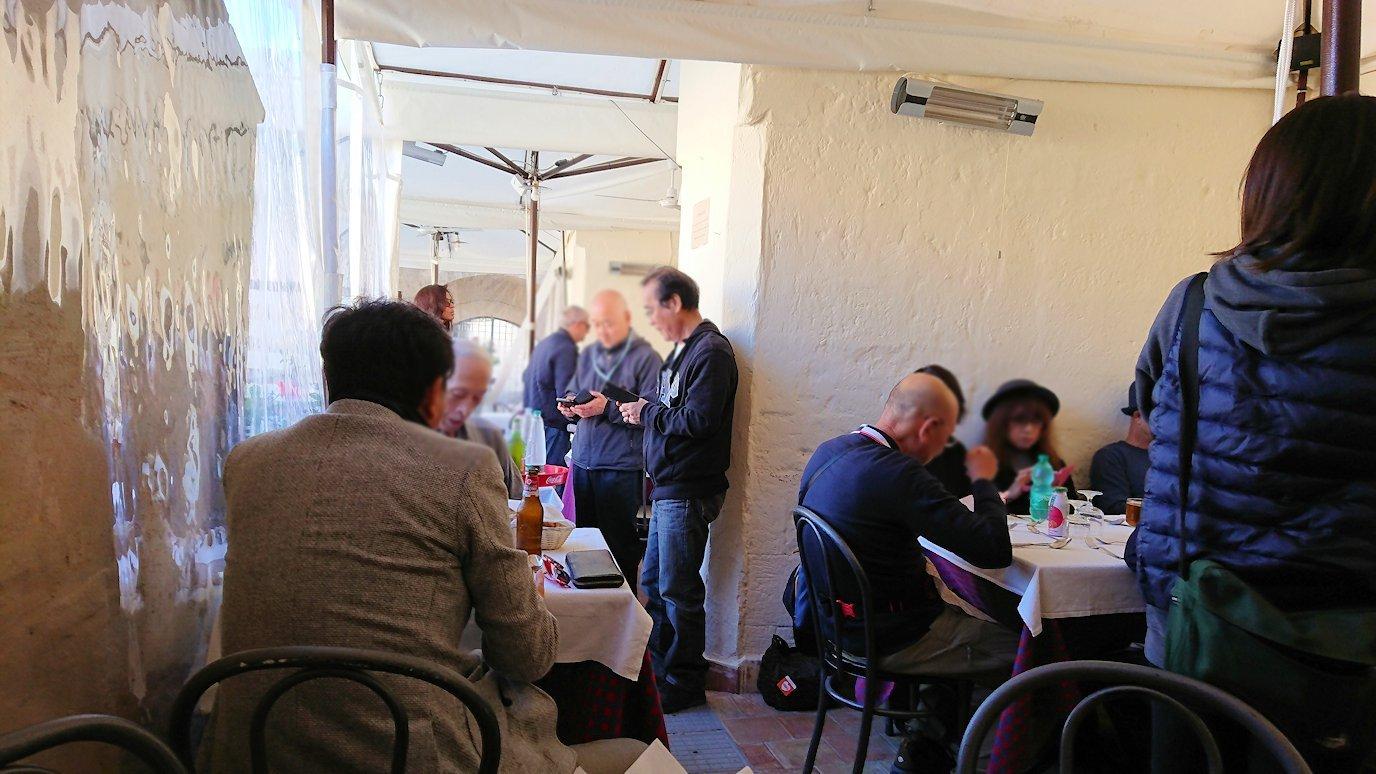 マテーラの街のヴィットリオ・ヴェネト広場にあるレストランでのWi-Fi難民