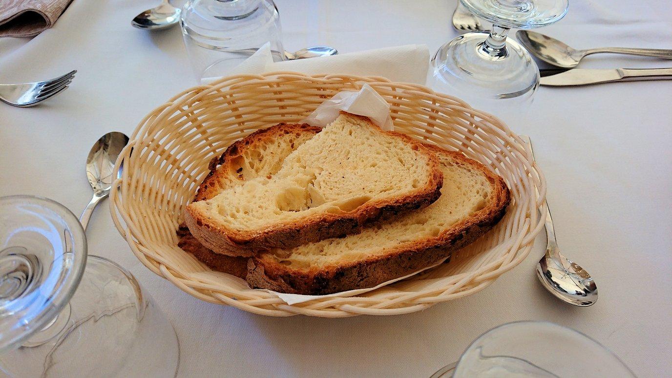 マテーラの街のヴィットリオ・ヴェネト広場にあるレストランのパン