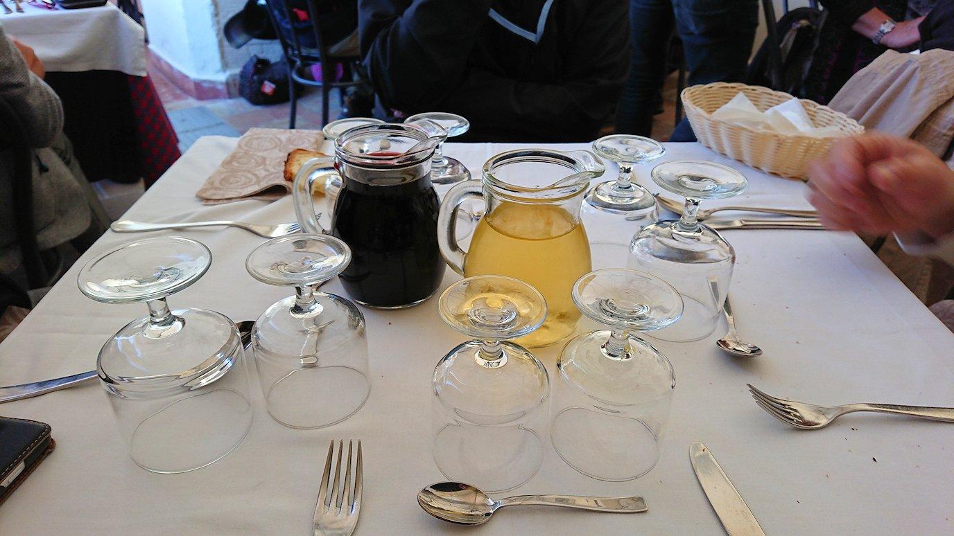 マテーラの街のヴィットリオ・ヴェネト広場にあるレストランでワインを頼む
