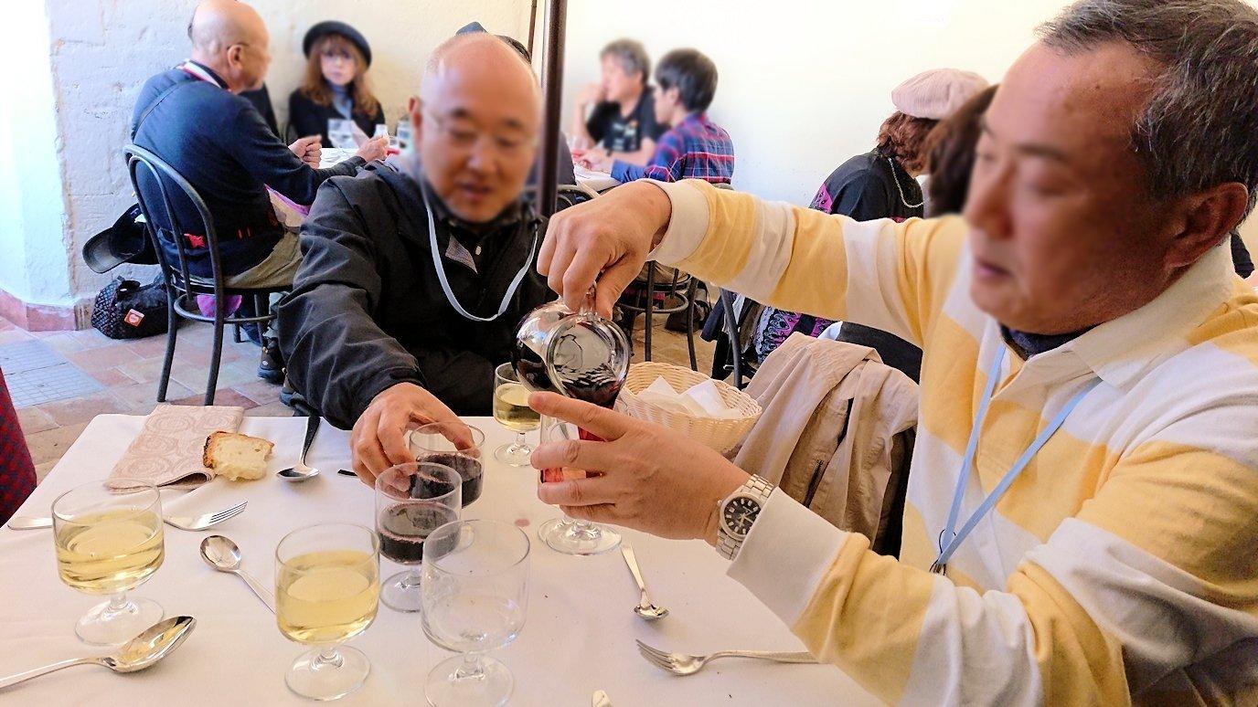 マテーラの街のヴィットリオ・ヴェネト広場にあるレストランでワインを頼む2