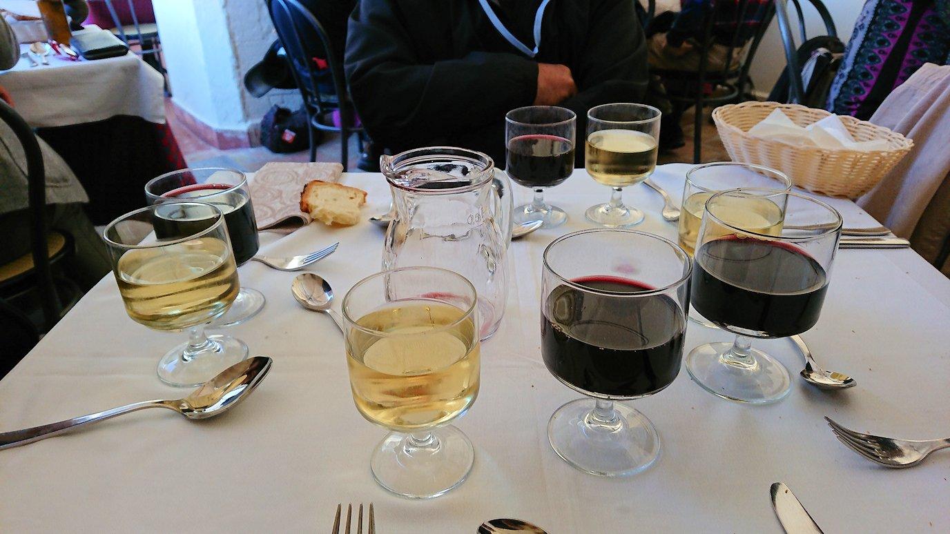マテーラの街のヴィットリオ・ヴェネト広場にあるレストランでワインを味わう