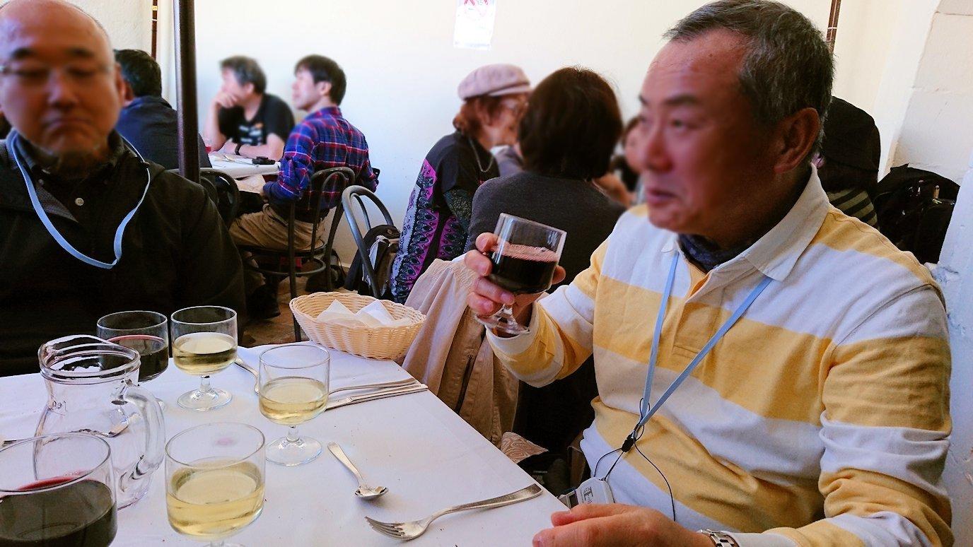 マテーラの街のヴィットリオ・ヴェネト広場にあるレストランでワインを味わう2
