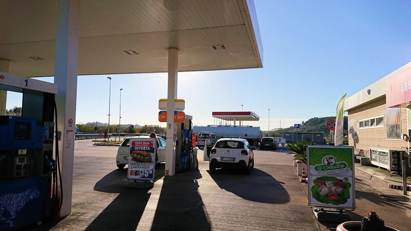ナポリに向かう途中のガソリンスタンドで休憩2