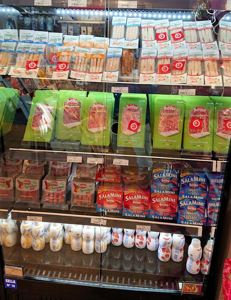 ナポリに向かう途中のガソリンスタンドの店内