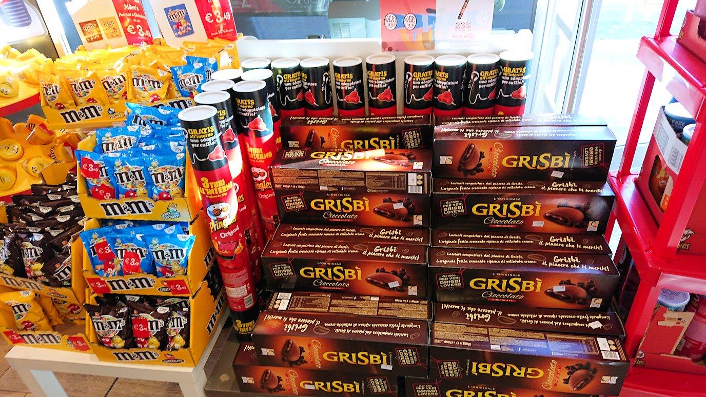 ナポリに向かう途中のガソリンスタンドの店内2