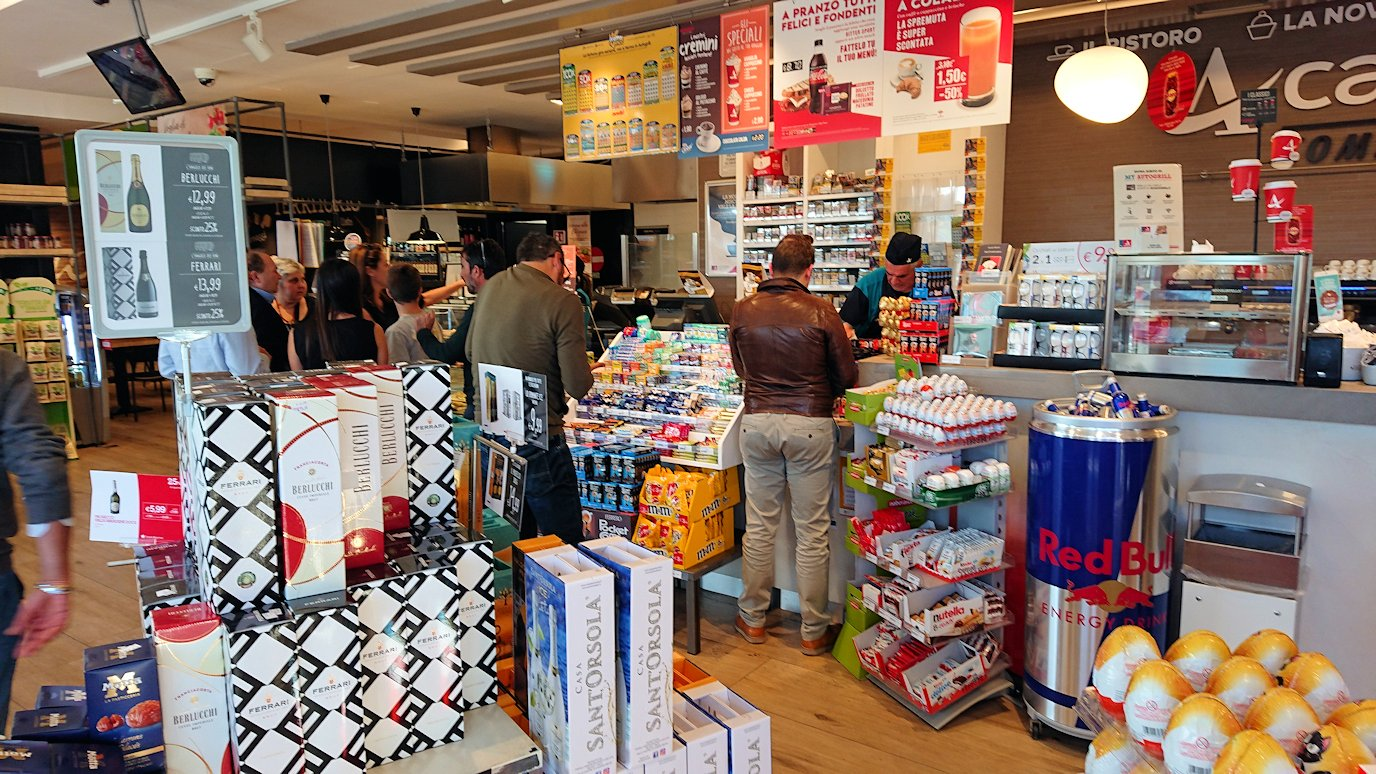 ナポリに向かう途中のガソリンスタンドの店内でチョコを購入