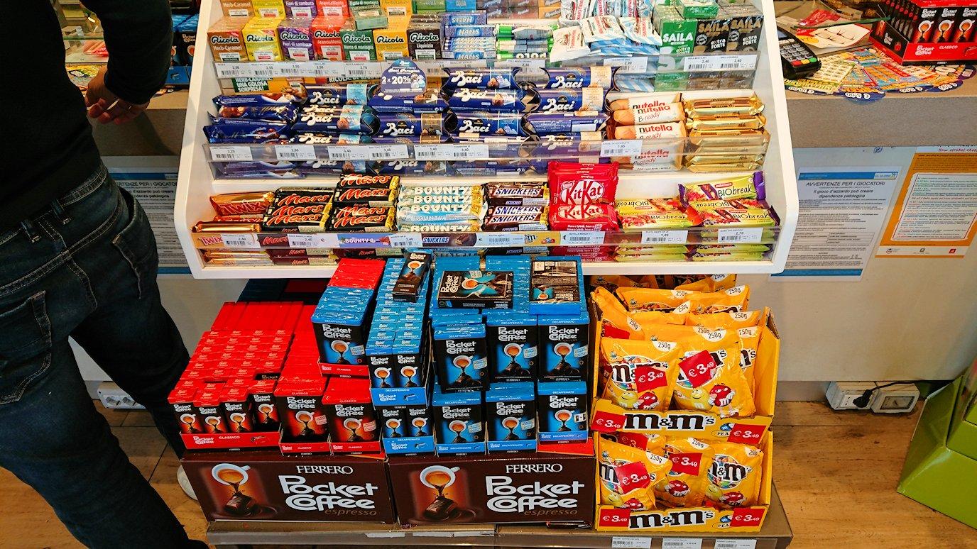 ナポリに向かう途中のガソリンスタンドの店内でチョコを購入2