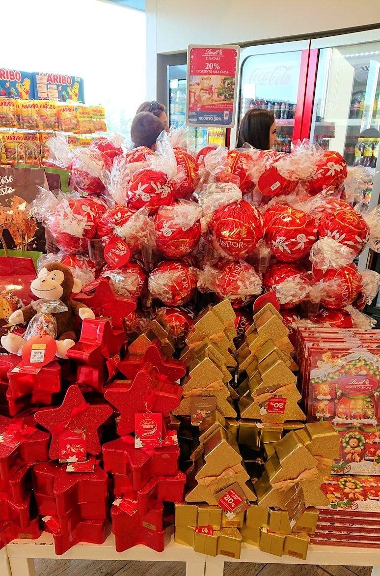 ナポリに向かう途中のガソリンスタンドの店内でチョコを購入4