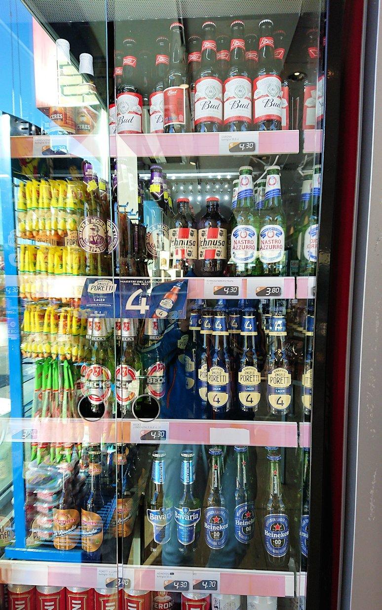 ナポリに向かう途中のガソリンスタンドの店内の様子