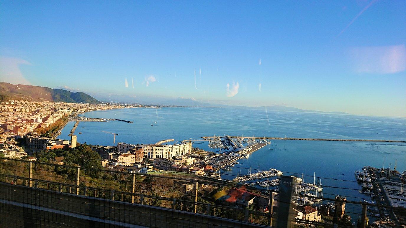 ナポリに向かう途中に見えたナポリ港の様子
