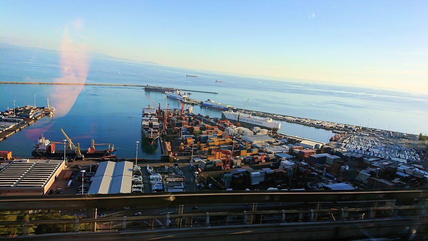 ナポリに向かう途中に見えたナポリ港の様子2