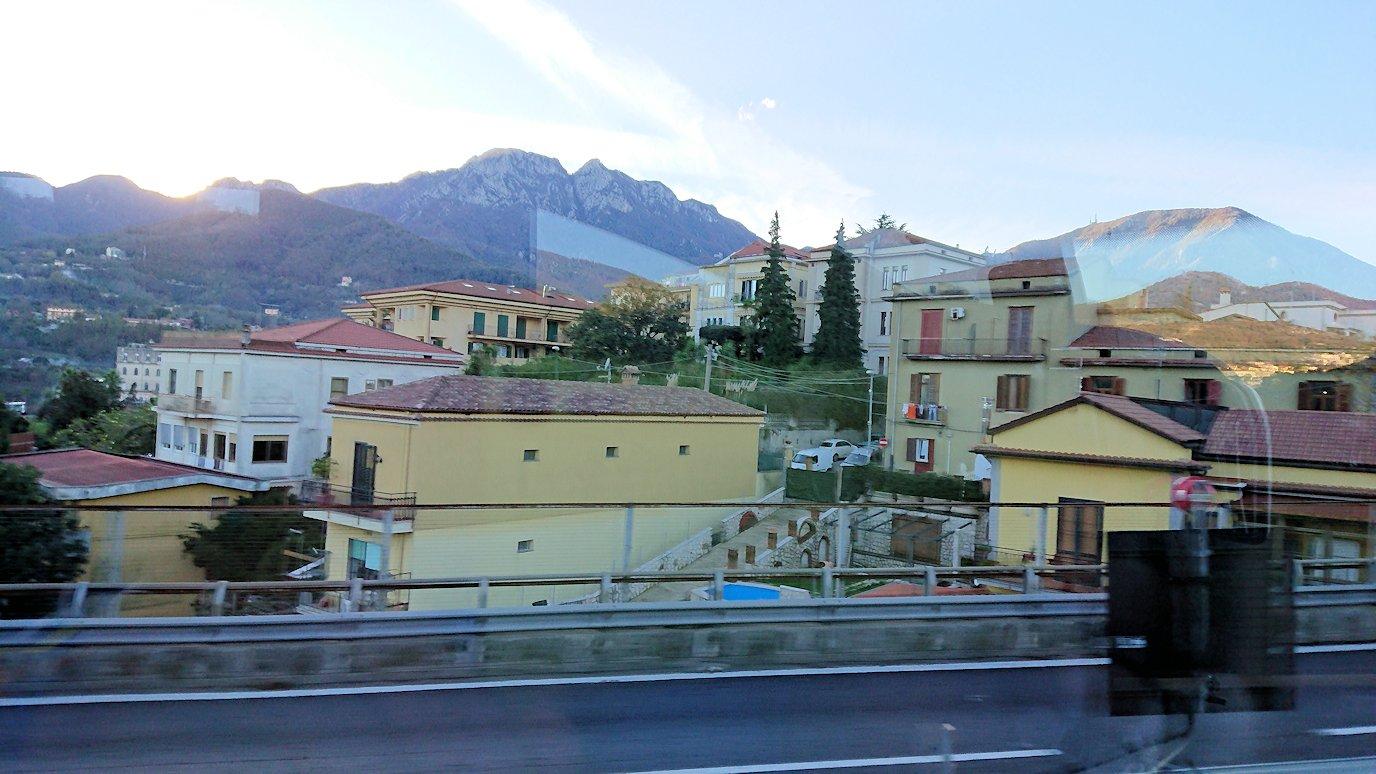 ナポリに向かう途中の道路から見た風景