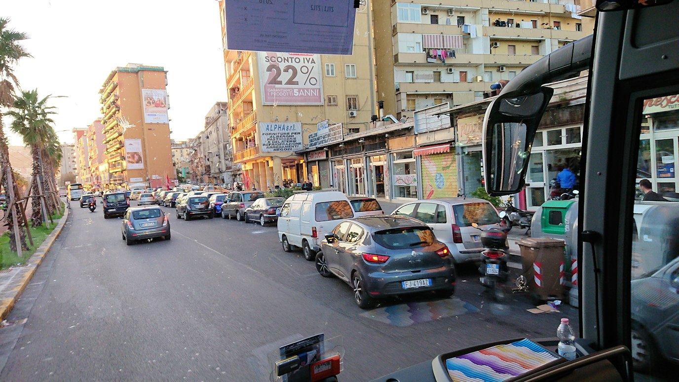 ナポリの道路から見る街並み2