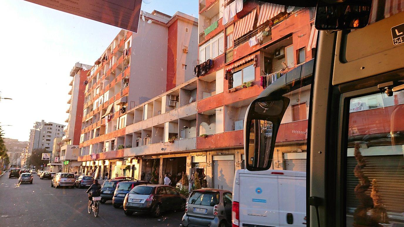 ナポリの道路から見る街並み3