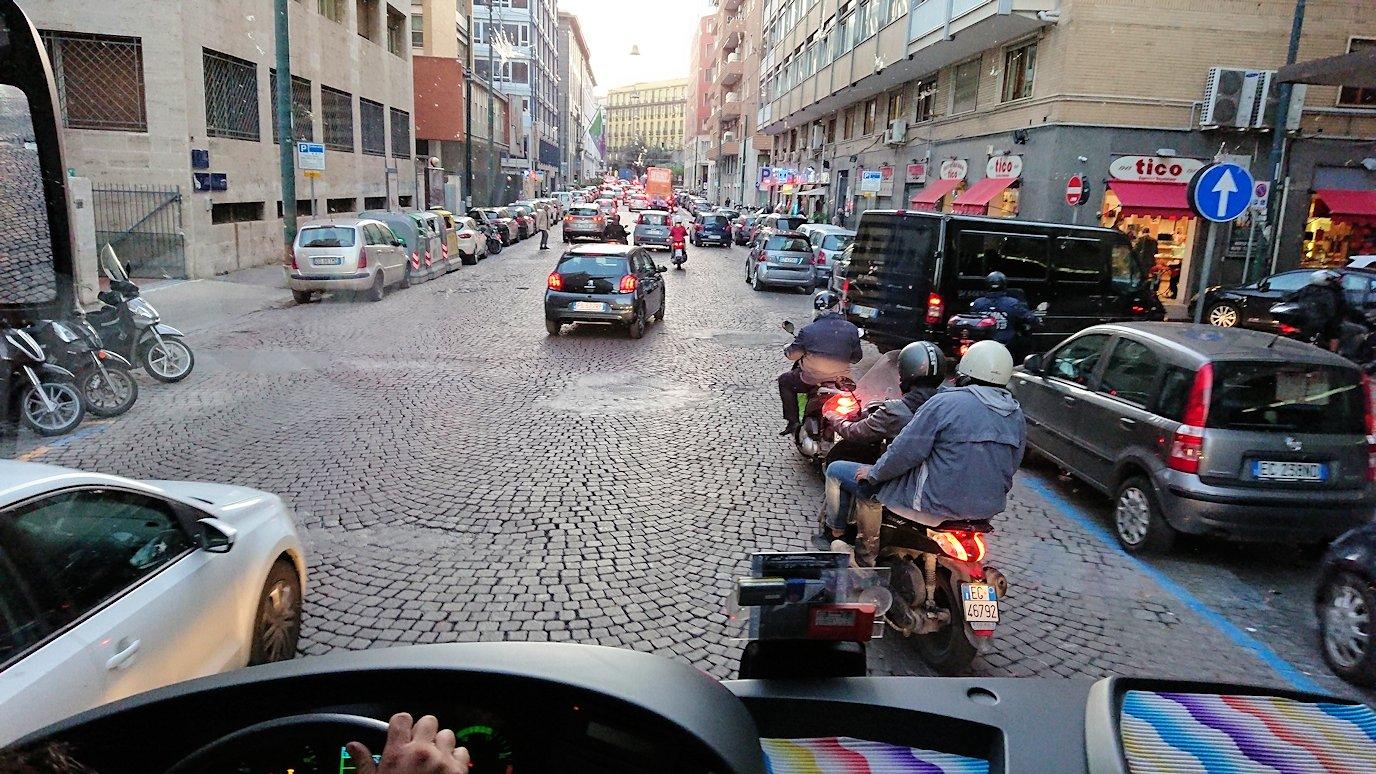 ナポリの道路から見る街並み7