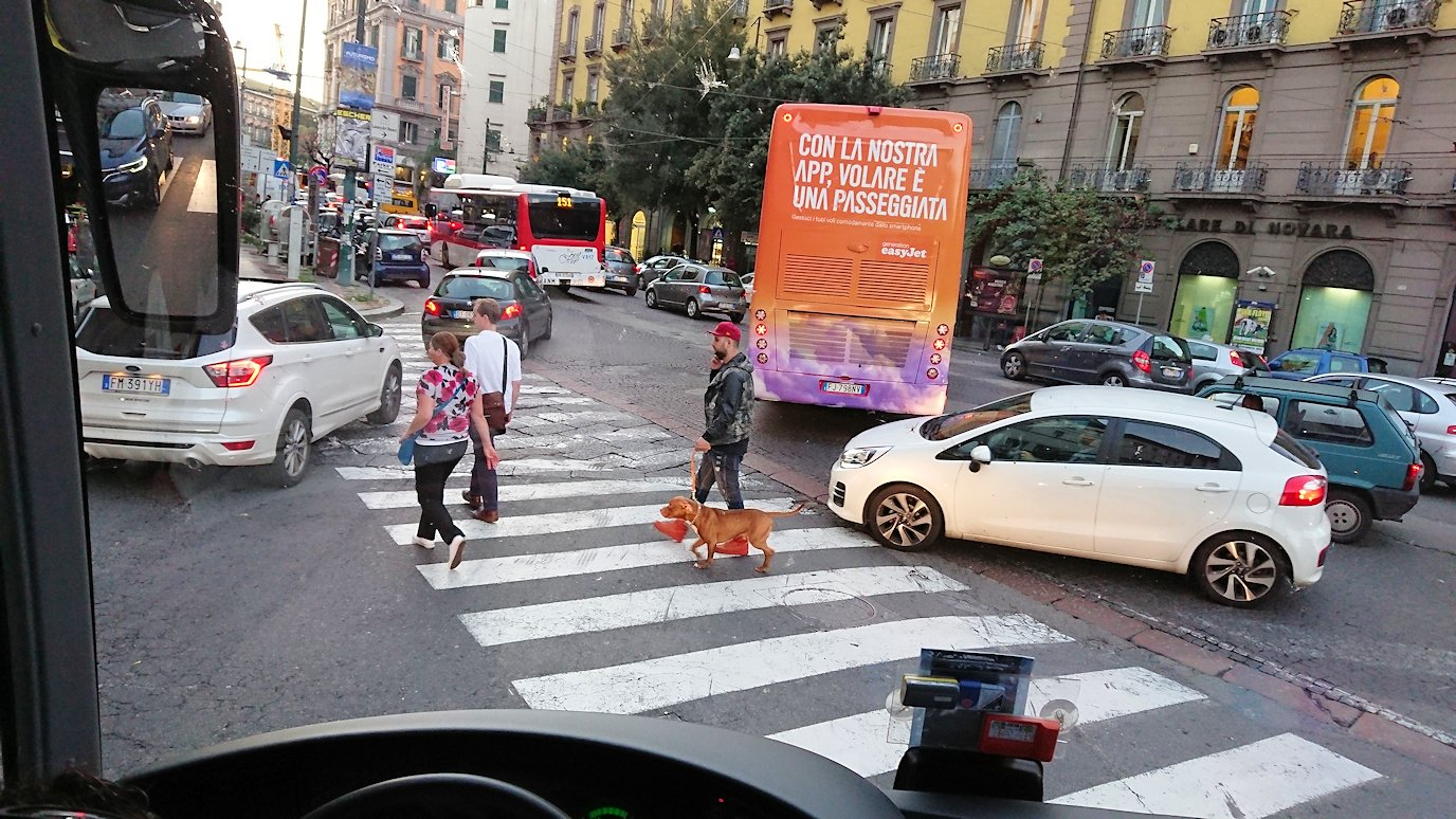 ナポリの道路から見る街並み8
