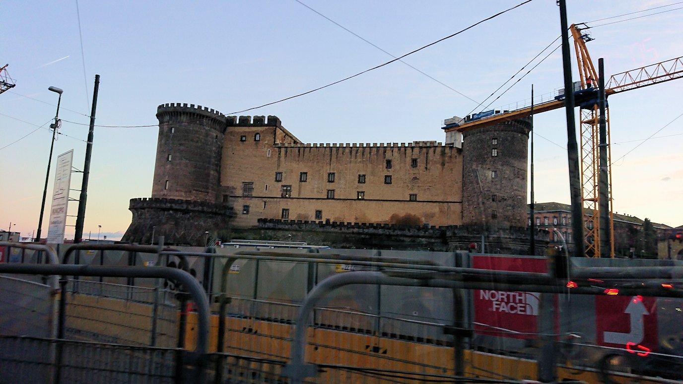 ナポリの道路から見る街並み9