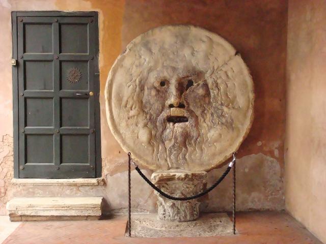ローマ市内で真実の口がある教会前を通る