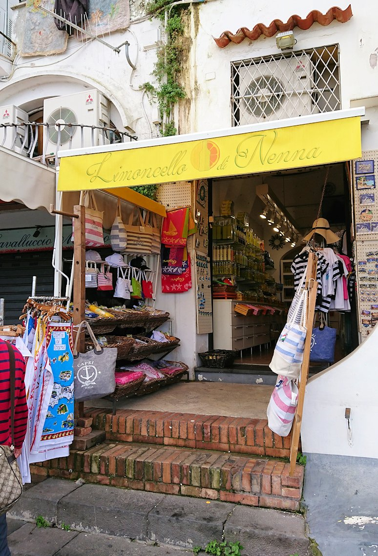 カプリ島に上陸した街並みにあるレモンチェッロのお店