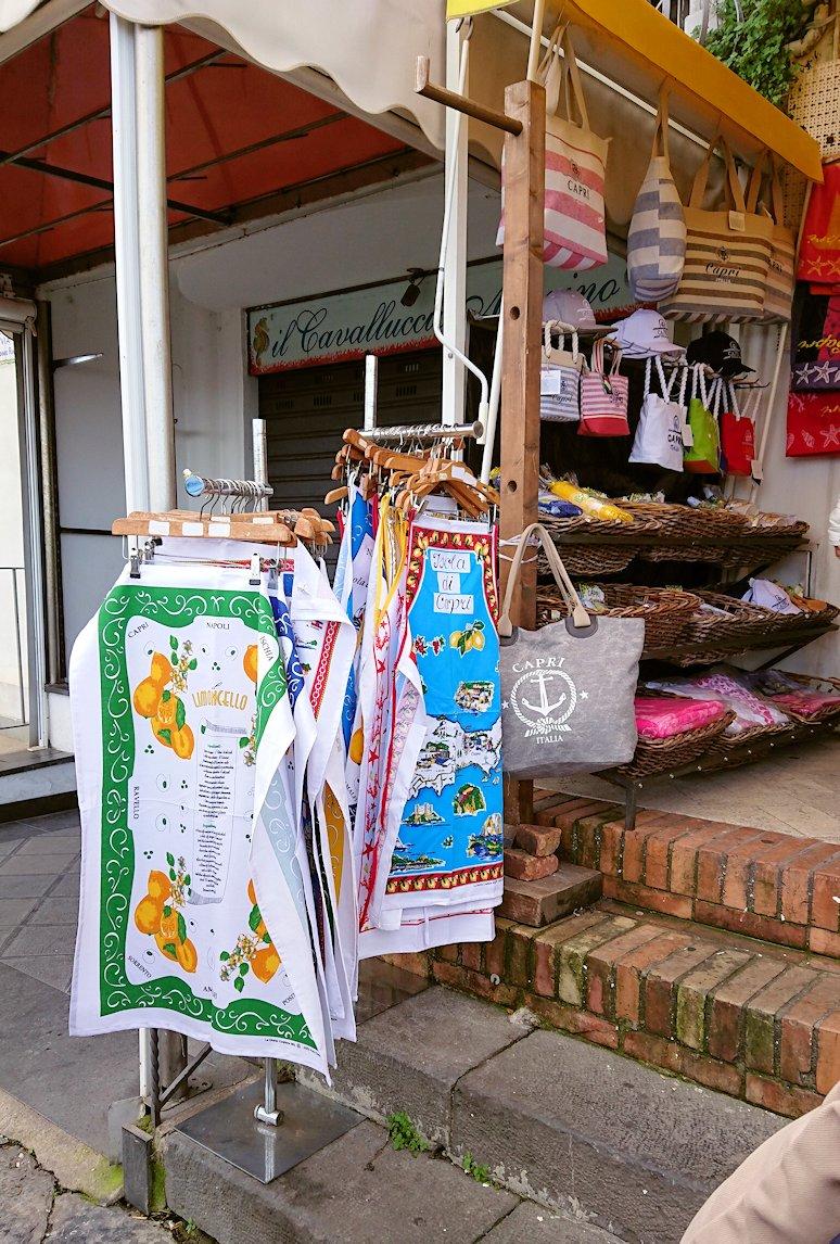 カプリ島に上陸した街並みにあるレモンチェッロのお店2