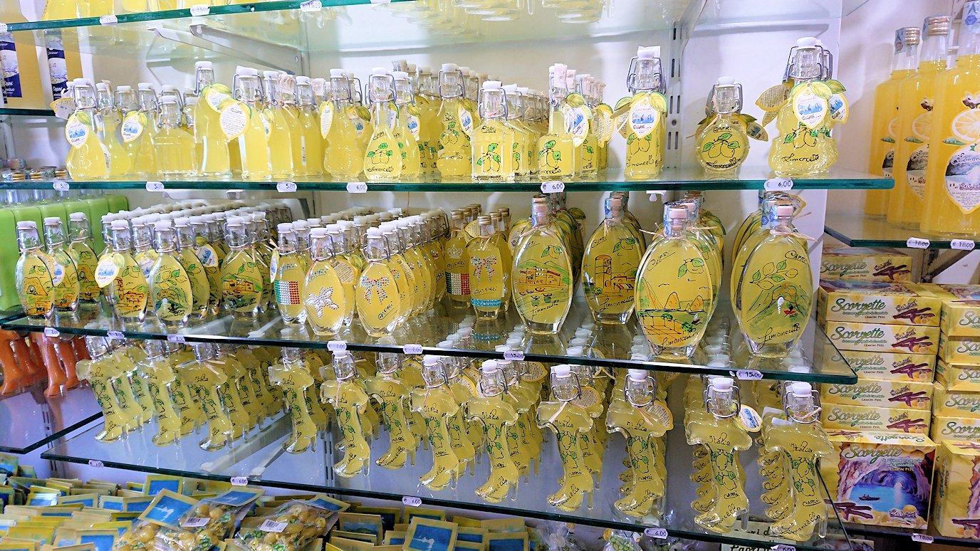 カプリ島に上陸した街並みにあるレモンチェッロのお店3