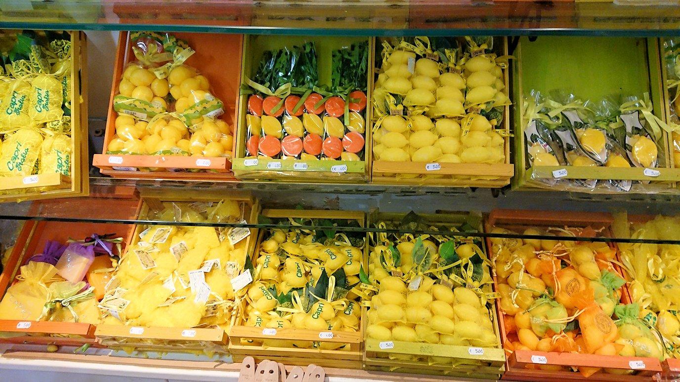 カプリ島のレモンチェッロのお店の店内の様子