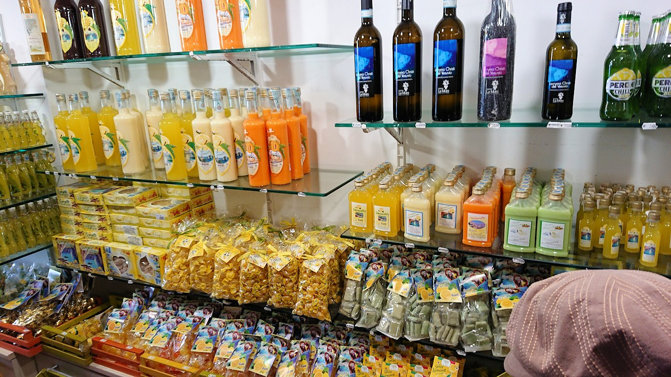 カプリ島のレモンチェッロのお店の店内の様子3