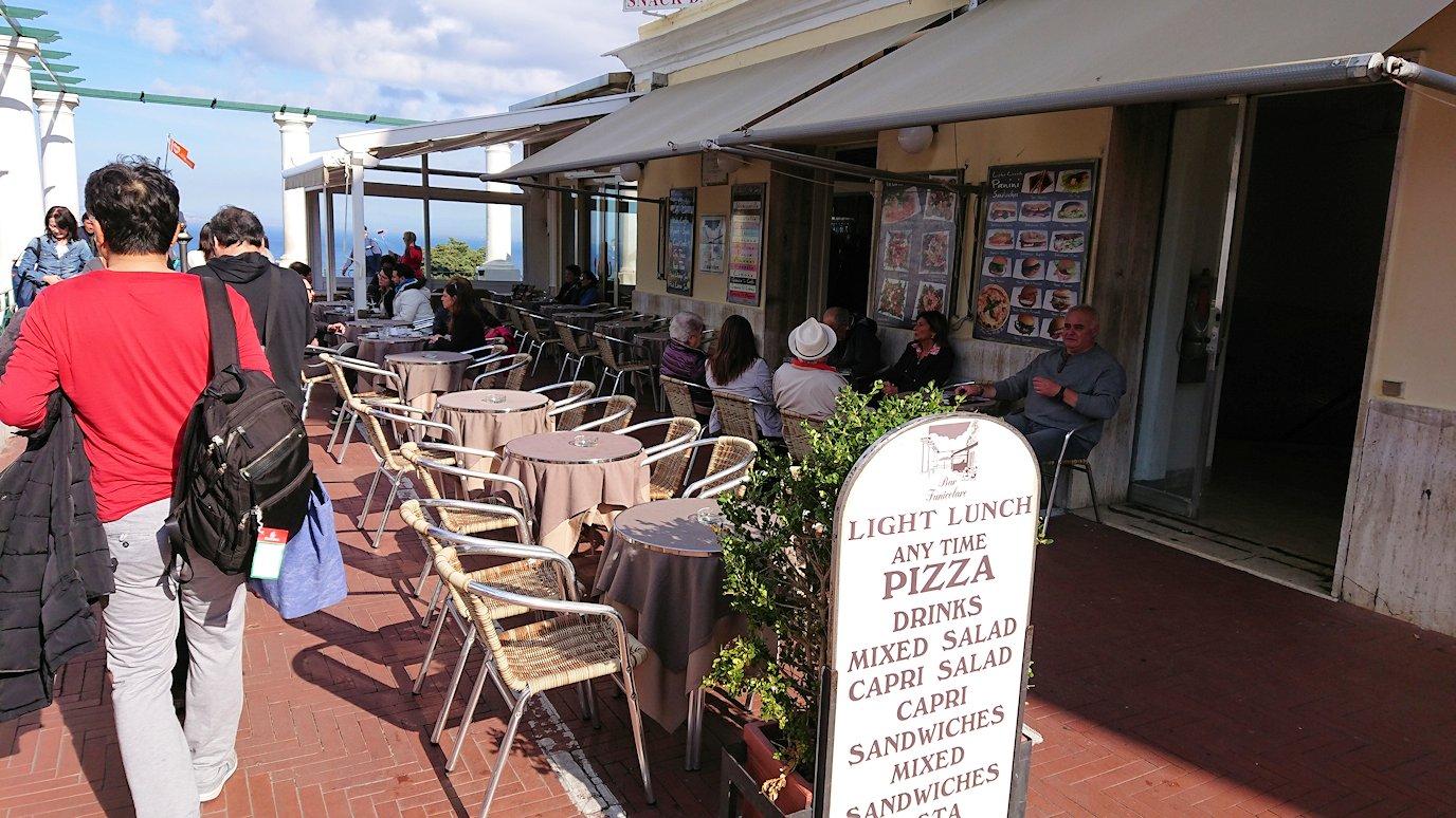 カプリ島のウンベルト1世広場のカフェ