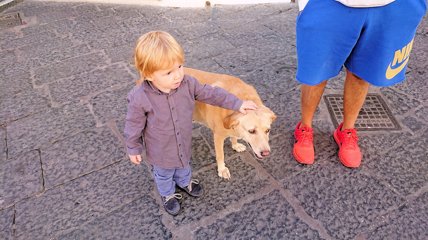 カプリ島のウンベルト1世広場にいた可愛い子供