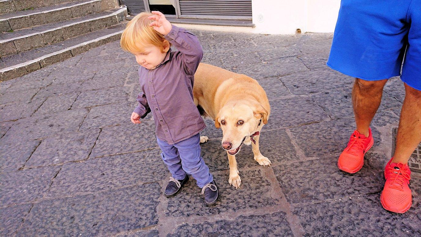 カプリ島のウンベルト1世広場にいた可愛い子供2