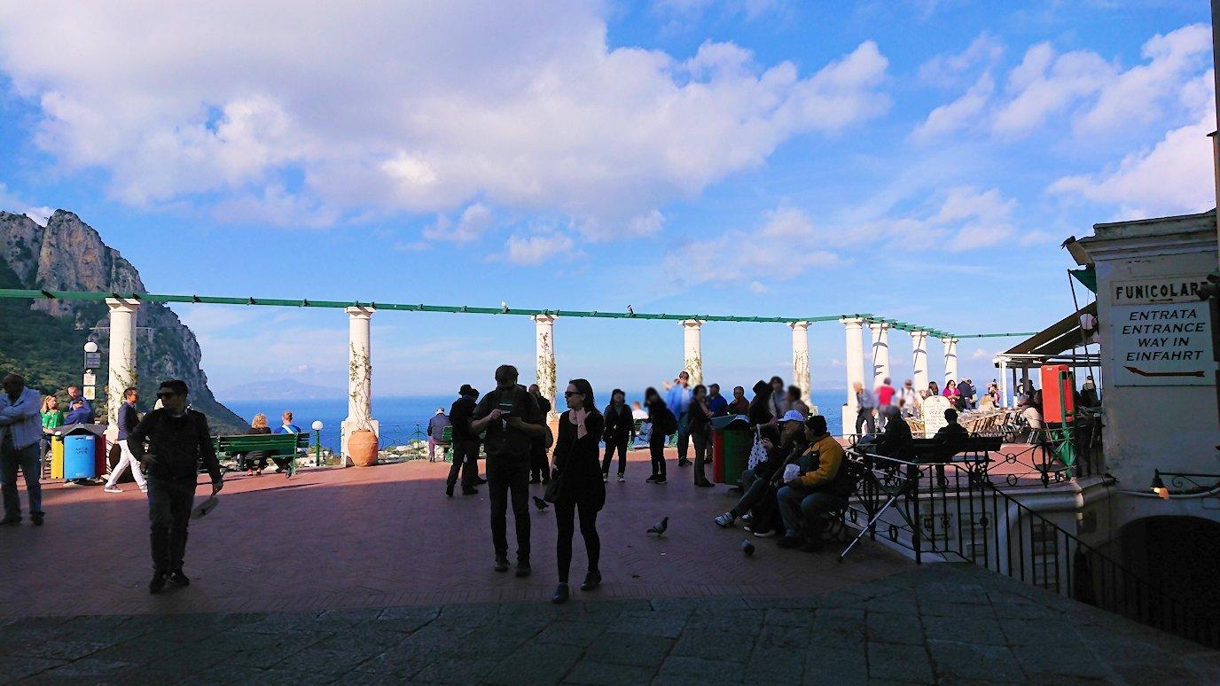 カプリ島のウンベルト1世広場からの見晴らし