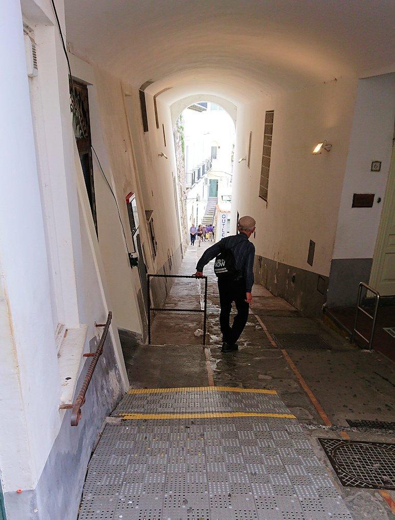 カプリ島のウンベルト1世広場からレストランを目指して歩く