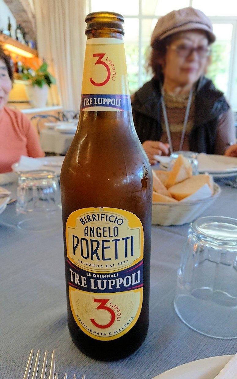 カプリ島のレストラン会場でのビール