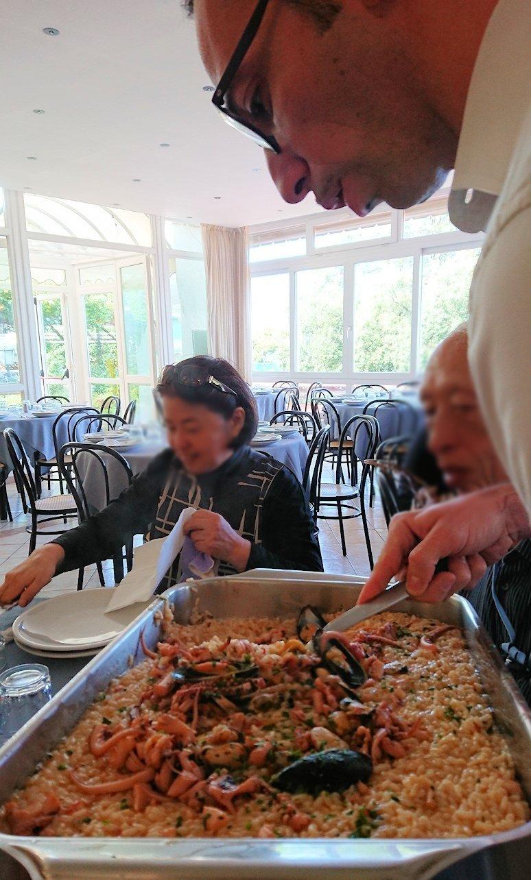 カプリ島のレストラン会場でのパエリア2