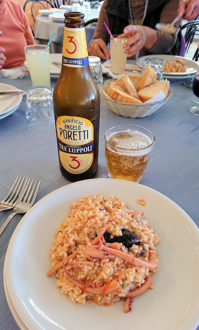 カプリ島のレストラン会場でのパエリア3