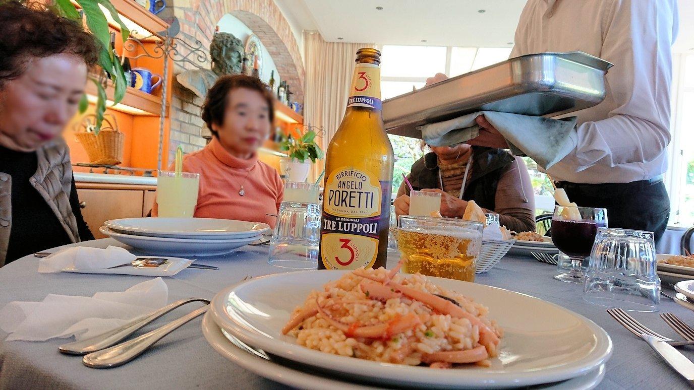 カプリ島のレストラン会場でのパエリア4