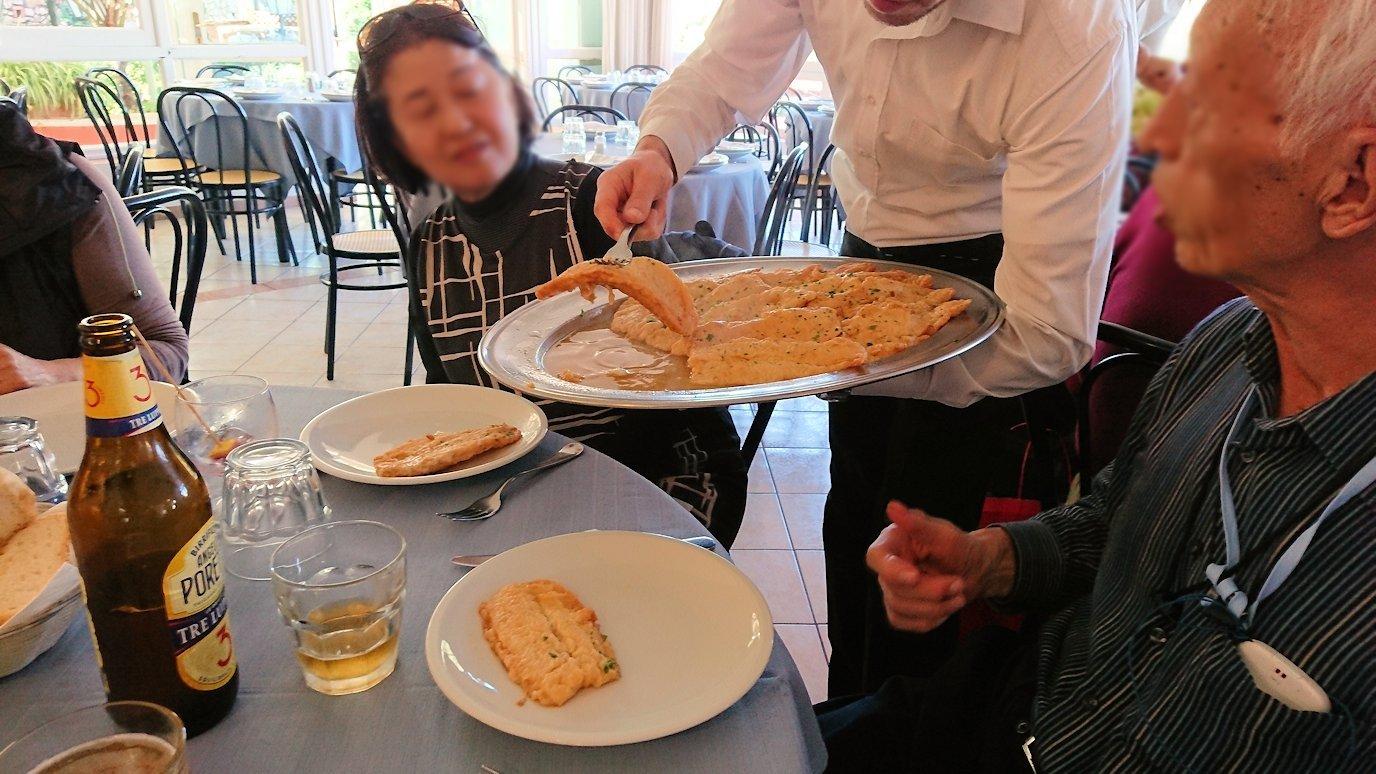 カプリ島のレストラン会場での白身魚2