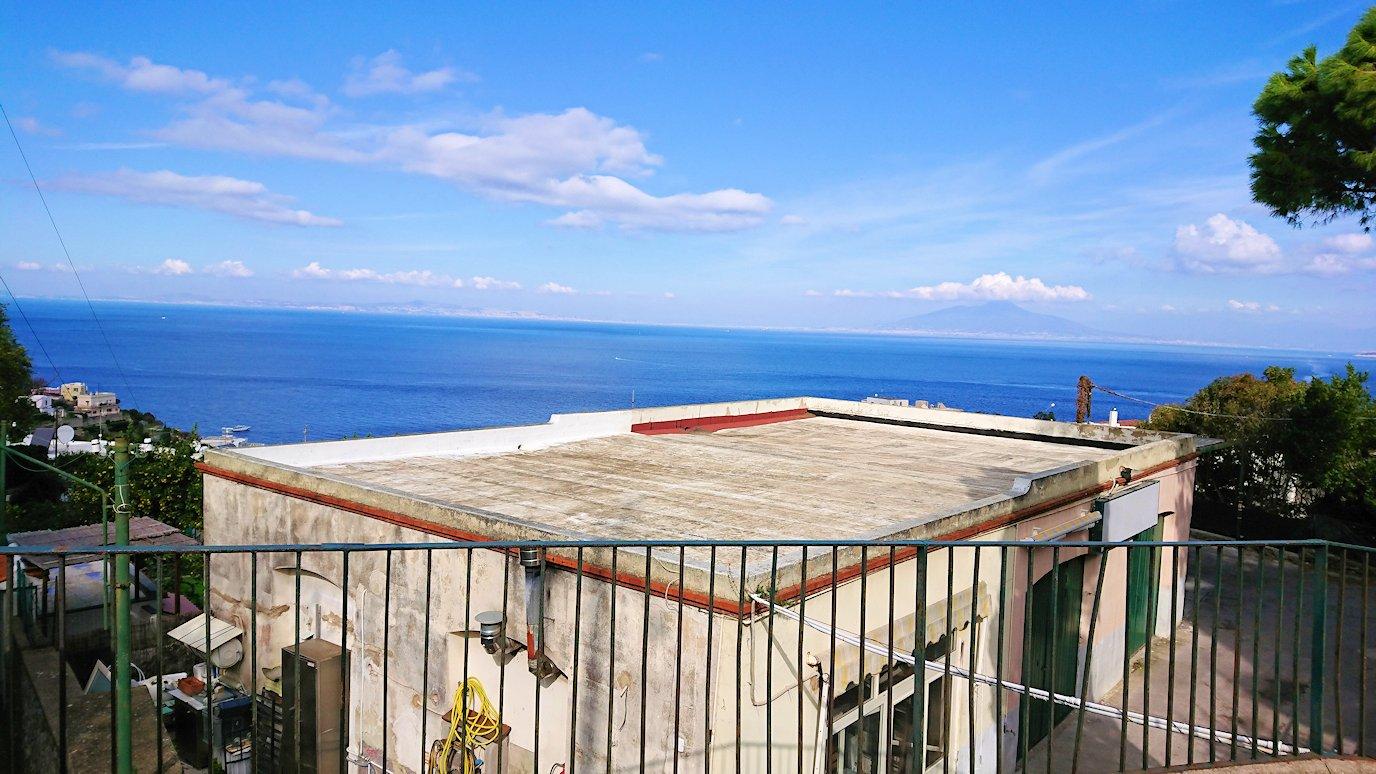 カプリ島のレストラン会場から出た所の景色2