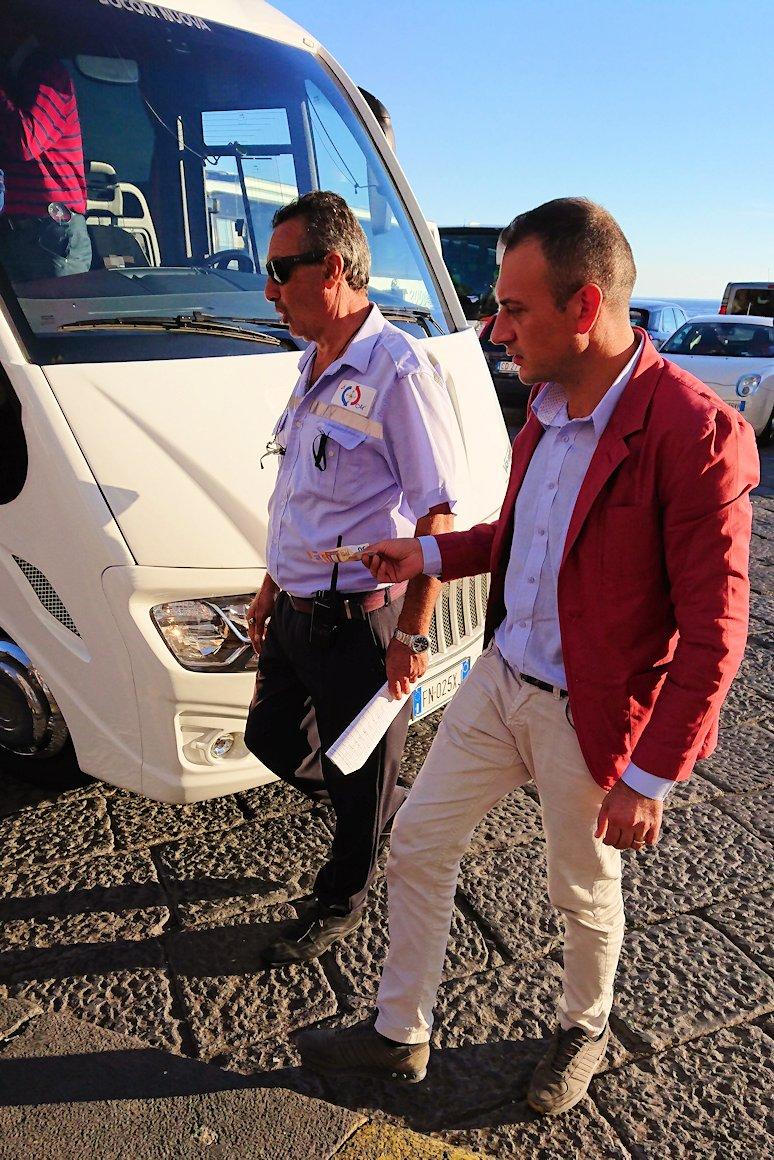 アマルフィに到着しリラックスするバスの運転手
