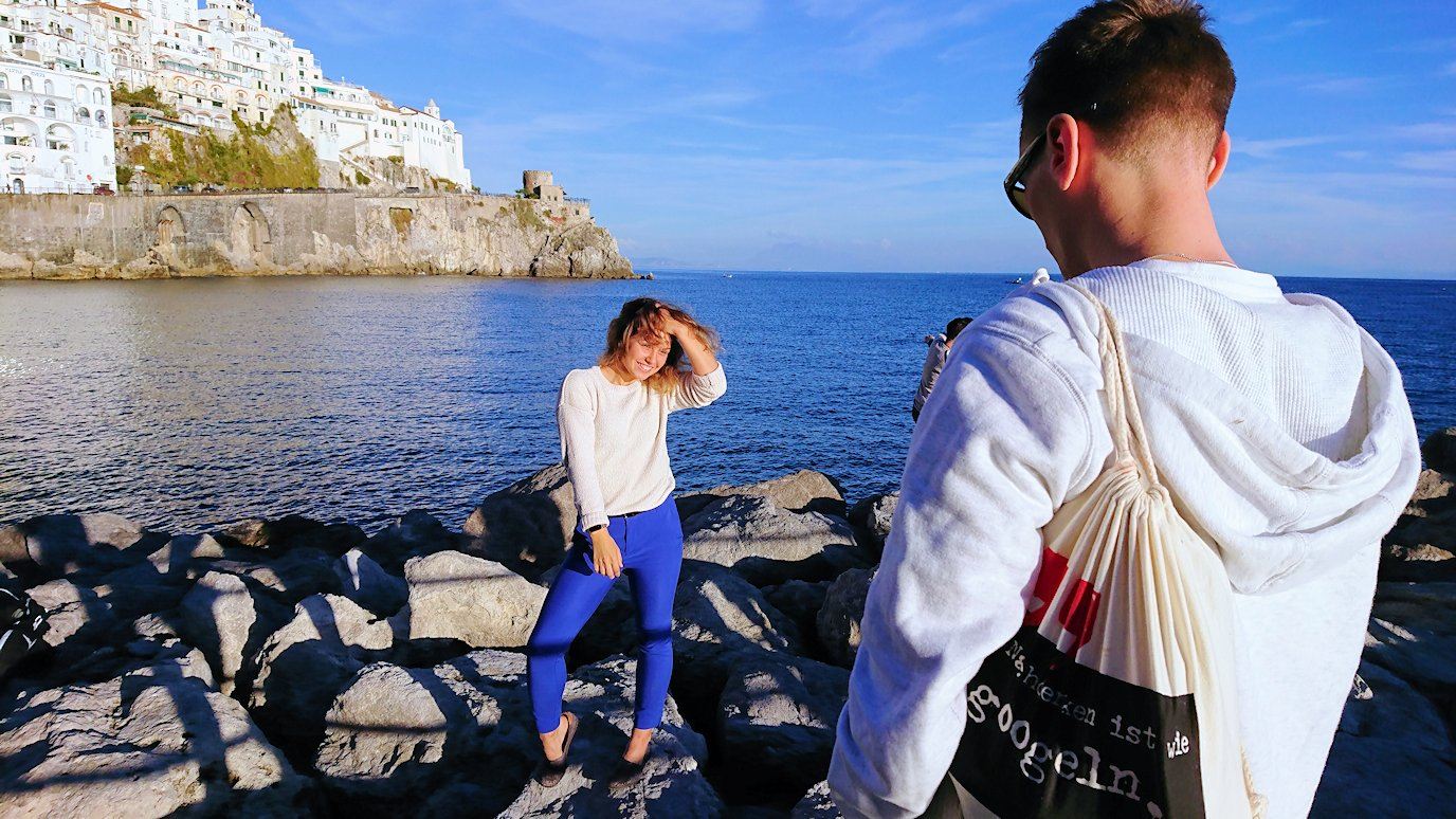 アマルフィで撮影スポット付近で記念撮影中の美女3