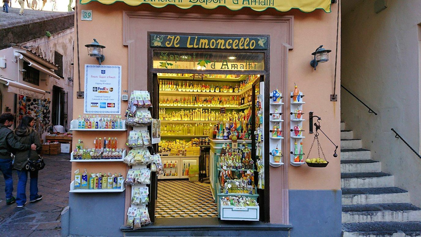 アマルフィの街の大聖堂横のレモンチェッロのお店