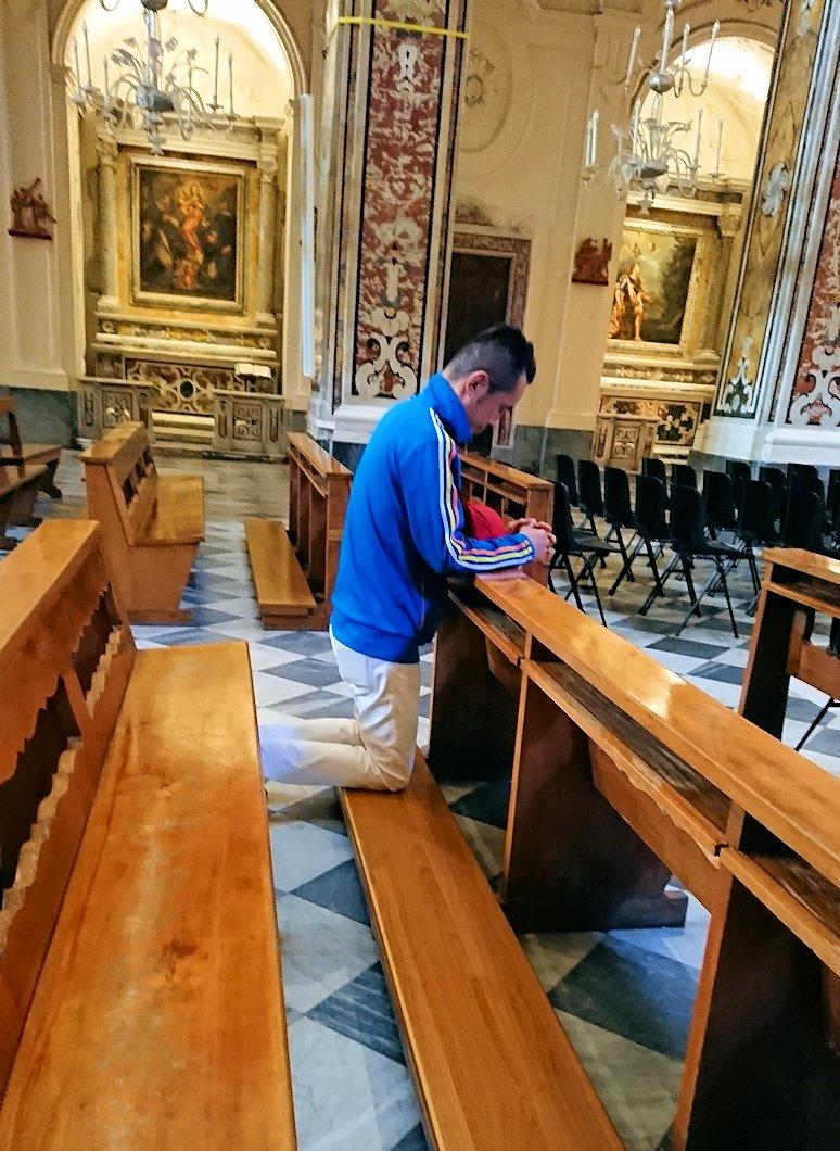 アマルフィの街の大聖堂の中で懺悔中